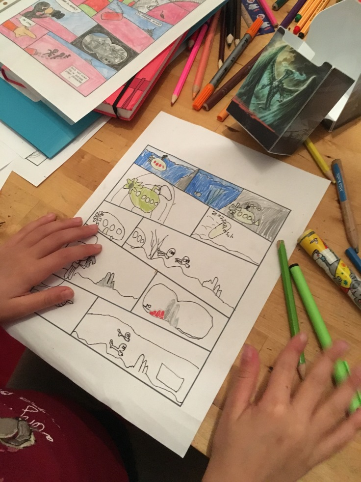 Kind malt einen Comic