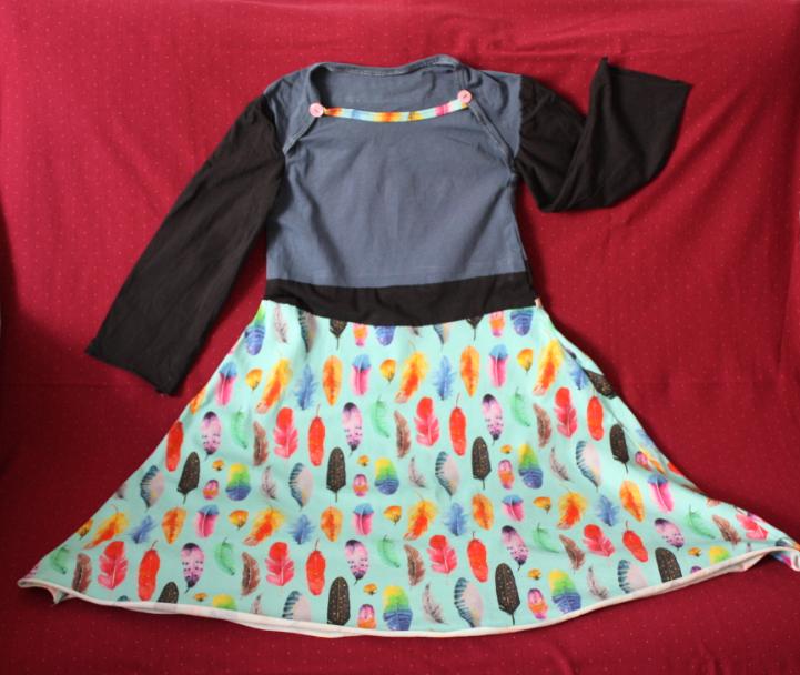 Kinderkleid mit Federn
