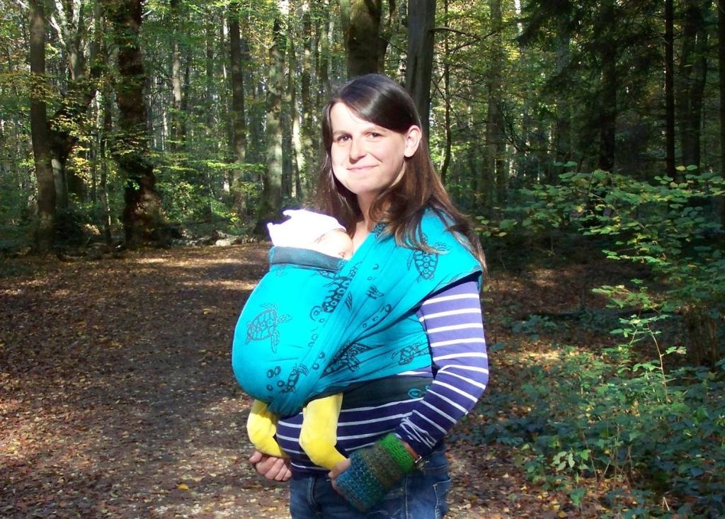 Baby Tragetuch im Wald