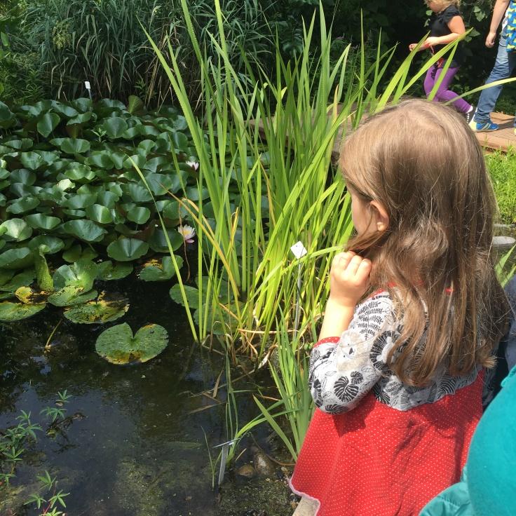 Kind vor Teich
