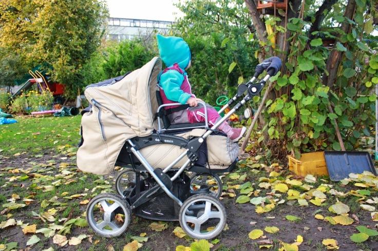 Kind sitzt auf Geschwistersitz für Kinderwagen